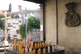 kapela-svijeca-pored-zavjetnih-darova-svetiste-trsat-1