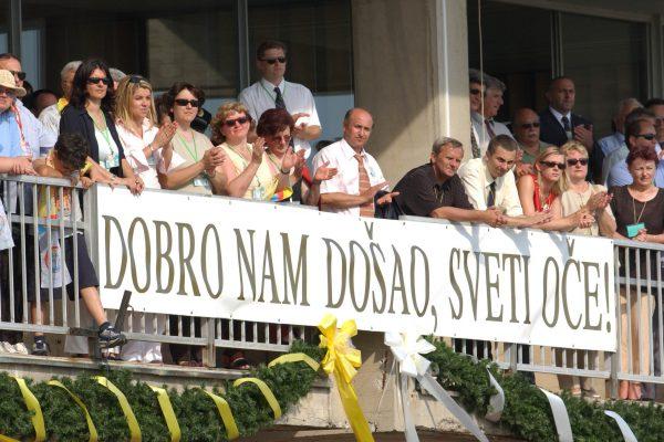 krk,aerodrom, 05.06.2003.- dolazak svetog oca pape ivana pavla drugog, na krcku aerodrom.