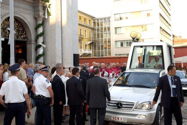 PAPA  IVAN PAVAO II ISPRED KATEDRALE SV. VIDA /  RIJEKA, 8-06-2003