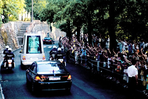 svetiste trsat sjecanje na posjet ivana pavla II trsat rijeka 2003 moli za nas papamobil ispred svetišta