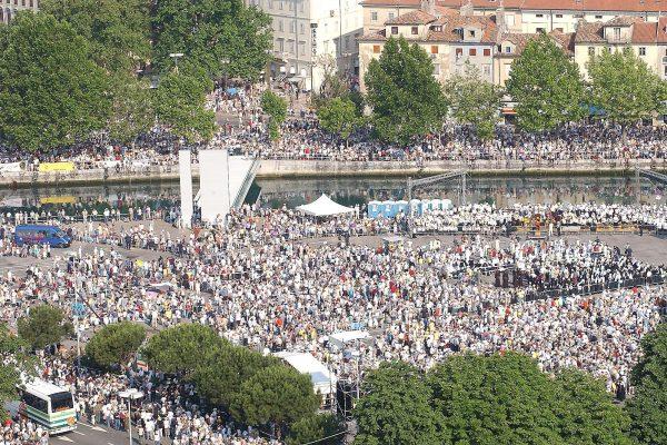 Pred početak svečanog misnog slavlja 8.6.2003.