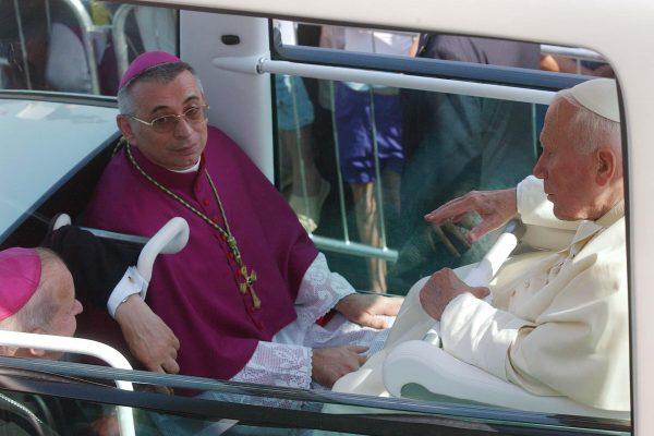 RIJEKA, 08.06.2003. DELTA, MISA SA PAPOM IVANOM PAVLOM II, papa u papamobilu sa msgr.dr. ivanom devcicem  SNIMIO PETAR FABIJAN